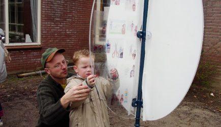 penpaints- MKZ monument Het EI-kinderen voegen hun eigen tekening en babyfoto toe-basisschool de Vecht-2002