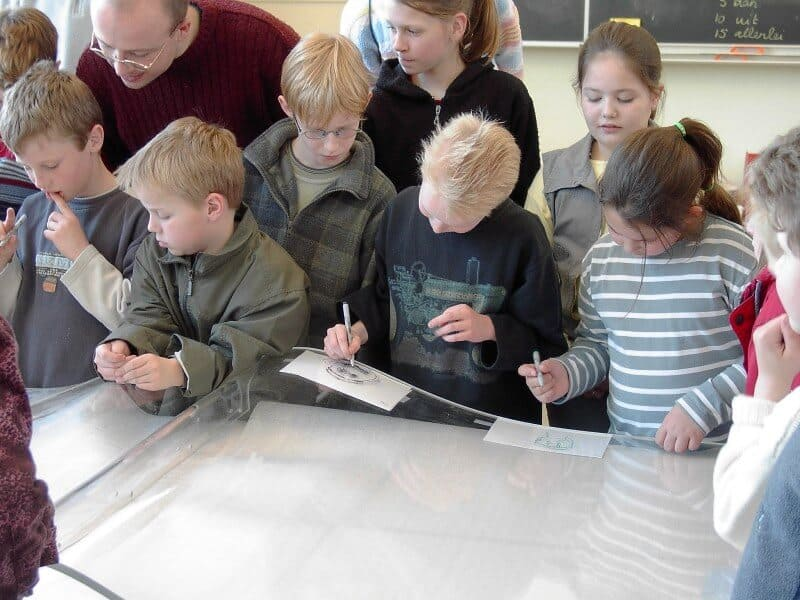 penpaints- MKZ monument 'Het Toverboek'-kinderen trekken hun eigen zelfportret over-basisschool Nijbroek-2002