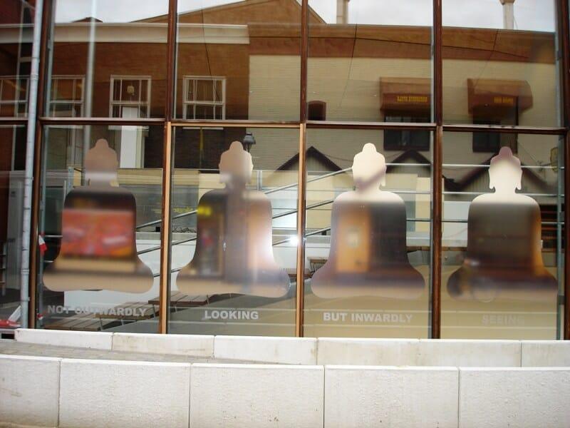 penpaints-Raamkunstwerk Nieuwstraat-'Not Outwardly Looking'2-Apd2006.
