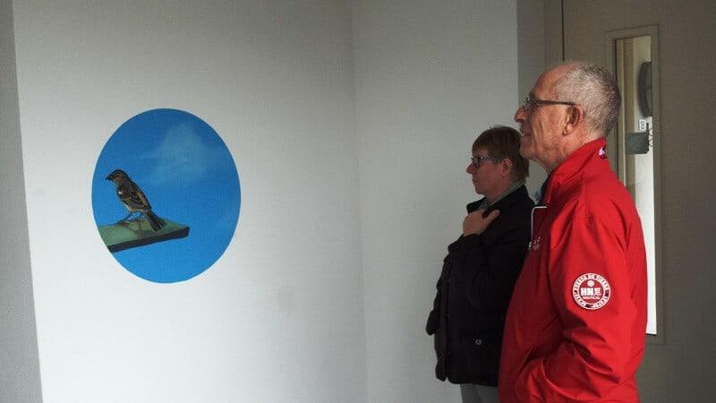 Bewoners bekijken de vogels - Trappenhuis Ravenweg, Apeldoorn 016