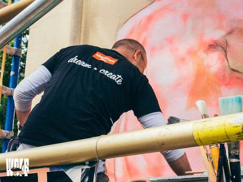Werken aan muurschildering Stationsstraat, Apdeldoorn