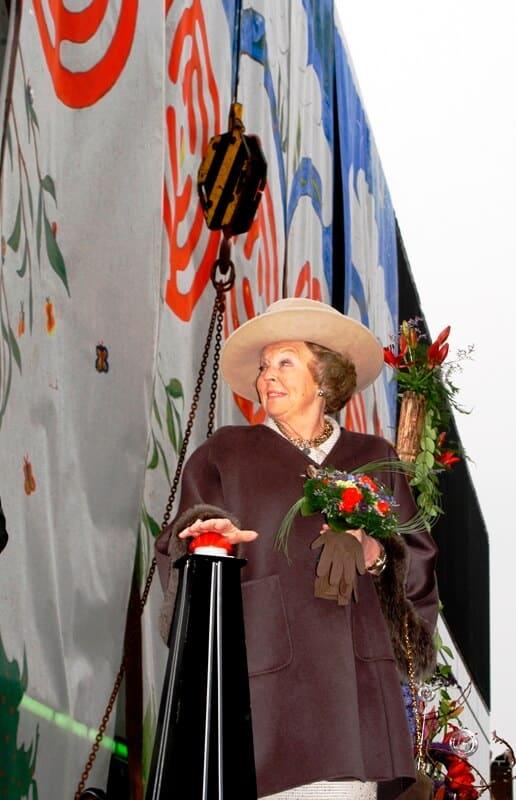 penpaints- kunstwerk voor de Opening CODAmuseum Apeldoorn door H.M.Koningin Beatrix2-Apd2004.