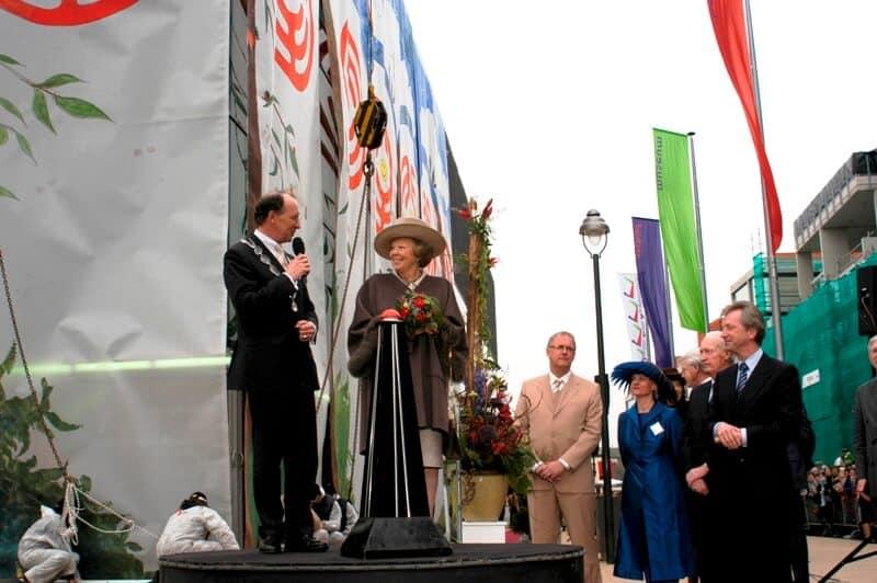 penpaints- kunstwerk voor de Opening CODAmuseum Apeldoorn door H.M.Koningin Beatrix3-Apd2004.